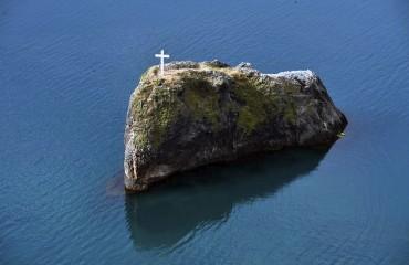 Новый мраморный крест на сколе Явления святого Георгия