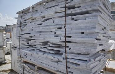 Плита мраморная с необрезными гранями  т-30мм по цене 96 руб./м2 (без учета НДС)